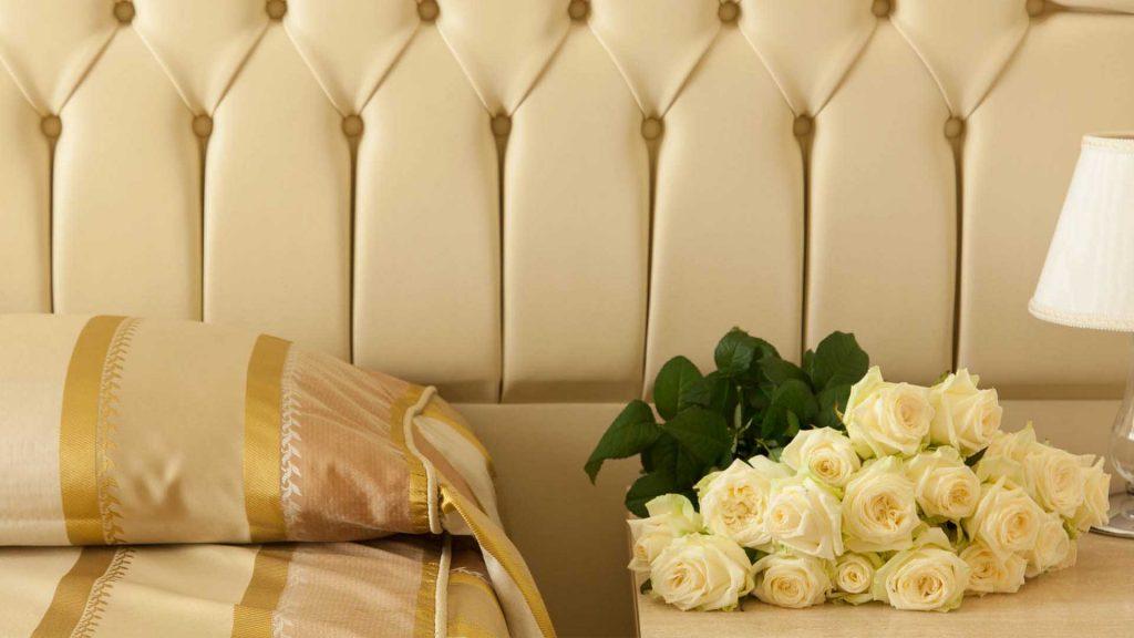 Letto camera classic con mazzo di rose gialle