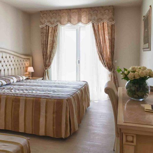 Camera quadrupla con scrivania e terrazzo