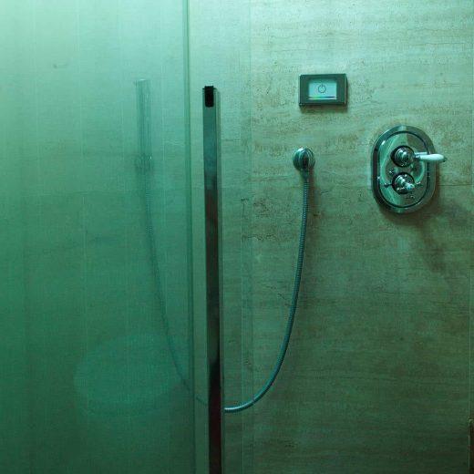 Doccia bagno camera superior con luce verde